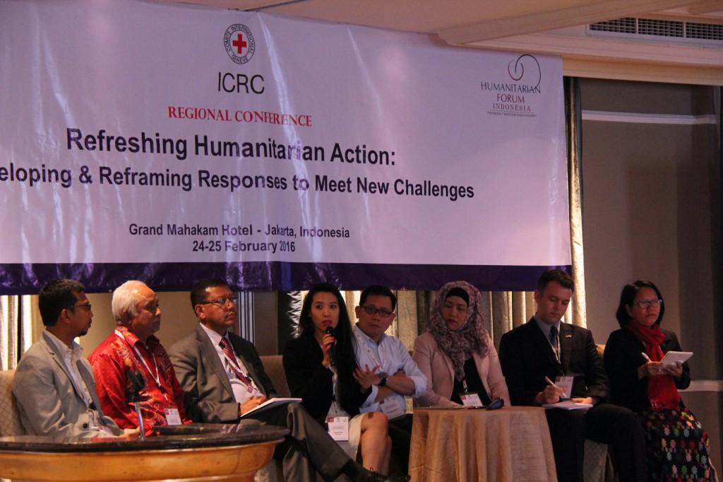 Dalam panel diskusi, narasumber dari berbagai latar belakang dan pengalaman hadir untuk membagikannya dengan para peserta dan panelis lainnya. © ICRC / Ursula N. Langouran