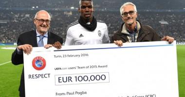 Paul Pogba menyerahkan cek senilai 100.000 euro kepada ICRC atas nama UEFA