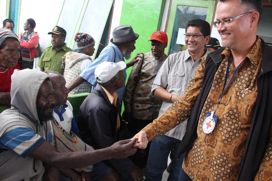 Christoph Sutter, Kepala Delegasi Regional ICRC Indonesia & TImor Leste, bercengkama dengan beberapa pasien sebelum dilakukan pemeriksaan oleh tim dokter. ©Mia Pitria/ICRC