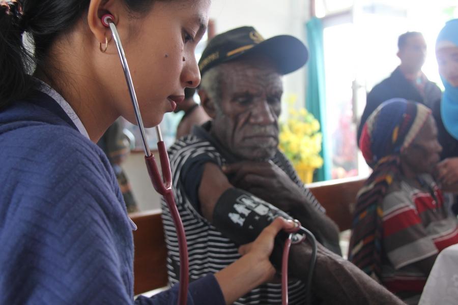 Salah satu perawat mengukur tensi salah satu pasien sebelum mendapatkan pemeriksaan lebih lanjut. ©Mia Pitria/ICRC