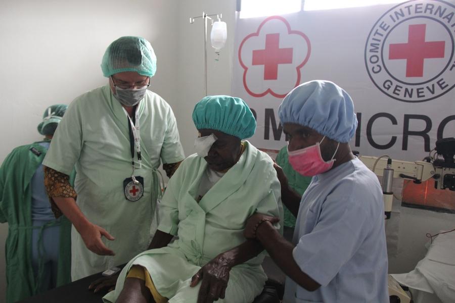 Christoph Sutter, Kepala Delegasi Regional ICRC Indonesia & TImor Leste, menyempatkan diri berkunjung ke dalam ruang operasi dan membantu salah satu pasien kembali ke ruang pemulihan. ©Mia Pitria/ICRC