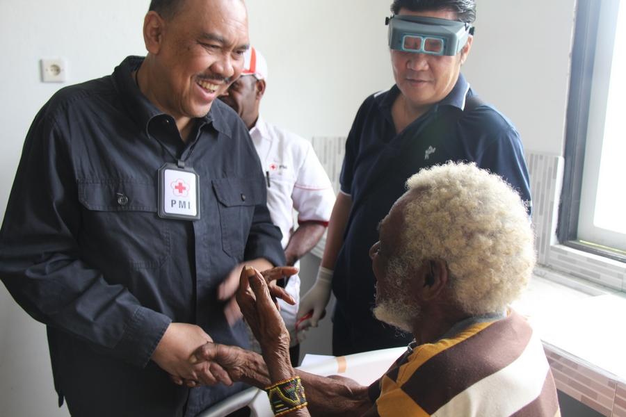Bapak Ritola Tasmaya, Sekjen PMI, mengunjungi salah satu pasien, sesaat setelah perban di matanya di lepas oleh tim dokter mata. ©Mia Pitria/ICRC