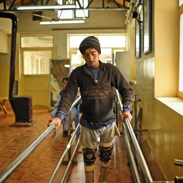 Seorang pasien di Pusat Rehabilitasi Fisik ICRC di Mazar-I Sharif, kota di utara Afganistan, berlatih dengan kedua kaki barunya. CC BY-NC-ND / ICRC / A. Quilty