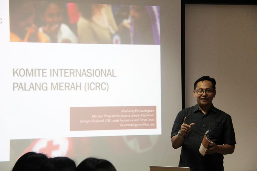 Sonny Nomer, Staf Komunikasi ICRC Jakarta, saat menjelaskan mengenai sejarah ICRC. © ICRC / Ursula N. Langouran
