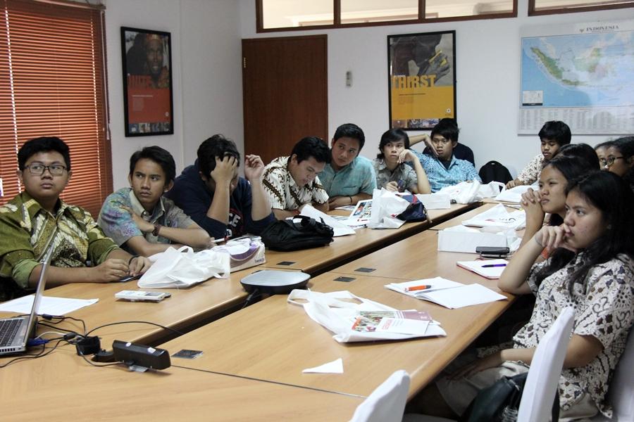 Para siswa dan siwi SMA Gonzaga menyimak presentasi dari ICRC.  © ICRC / Ursula N. Langouran