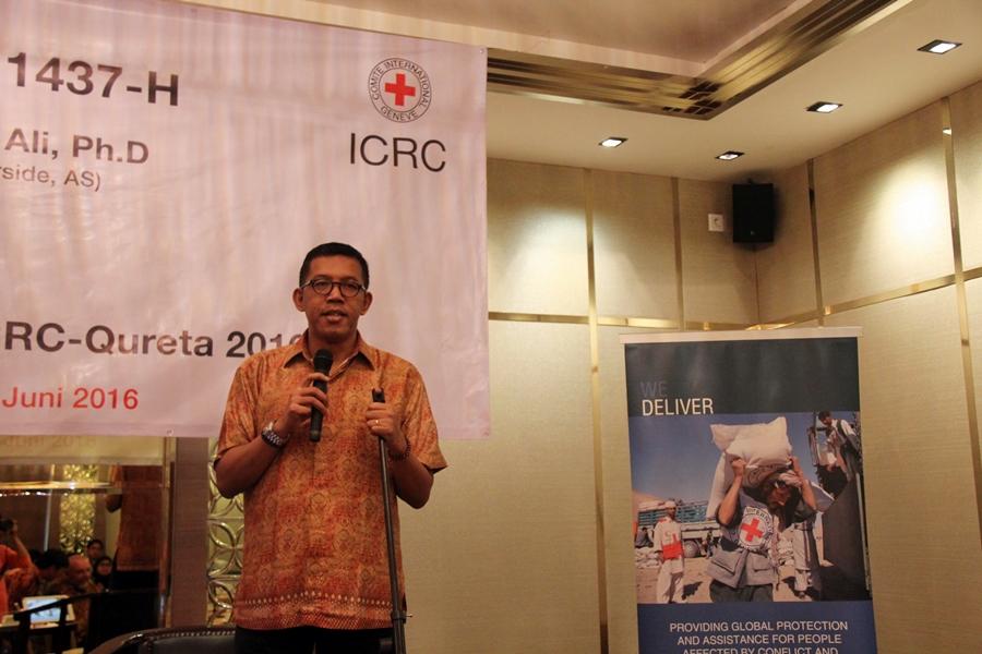 Luthfie Assyaukani, pendiri Qureta, membuka lomba esai kemanusiaan secara resmi. © ICRC / Ursula N. Langouran