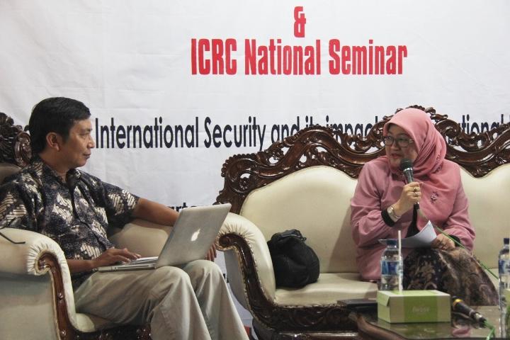 Legal Adviser ICRC Jakarta, Rina Rusman dan Dosen Fakultas Ilmu Sosial dan Ilmu Politik Universitas Gadjah Mada, Muhadi Sugiono dalam sesi seminar. © ICRC / Ursula N. Langouran