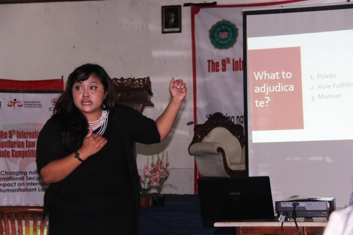 Deputy Chief Adjudicator menjelaskan aturan dalam menjadi adjudicator atau juri dalam debat. © ICRC / Ursula N. Langouran