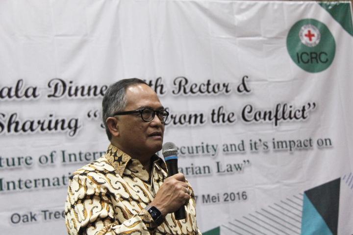 Andradjati, mantan Duta Besar Indonesia untuk Senegal membagikan pengalamannya bertugas di daerah konflik dan menghadapi tantangan kemanusiaan. © ICRC / Ursula N. Langouran