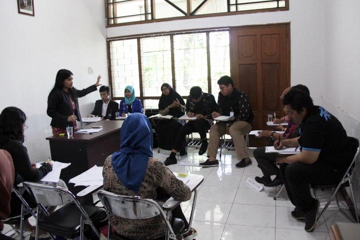 Suasana dalam ruang debat. © ICRC / Ursula N. Langouran