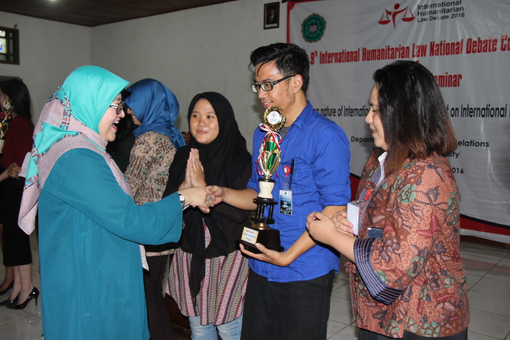 Tim debat dari Universitas Brawijaya yang menjadi semi-finalist. © ICRC / Ursula N. Langouran