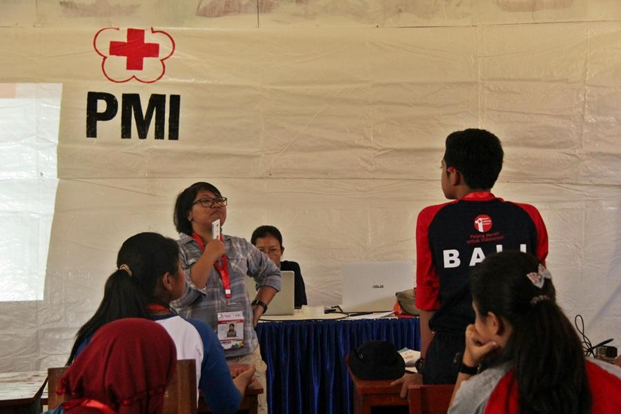 Ayu Paraswati dalam sesi penggunaan media sosial bagi anggota PMR. © ICRC / Ursula N. Langouran
