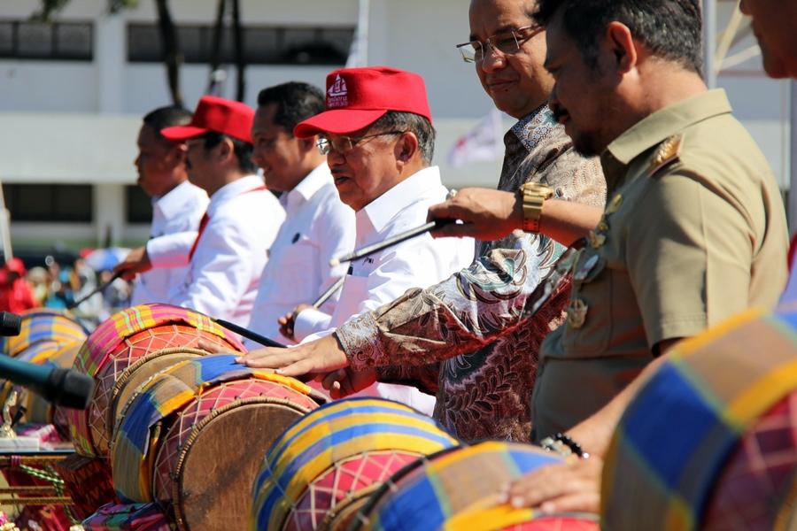 Ketua PMI Jusuf Kalla secara resmii membuka JUMBARA PMR Tingkat Nasional VIII 2016. © ICRC / Ursula N. Langouran