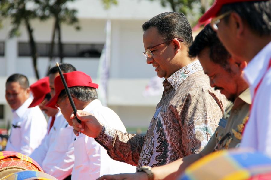 Menteri Pendidikan dan Kebudayaan Anies Baswedan ikut menabuh genderang tanda dibukanya JUMBARA PMR Tingkat Nasional VIII 2016. © ICRC / Ursula N. Langouran