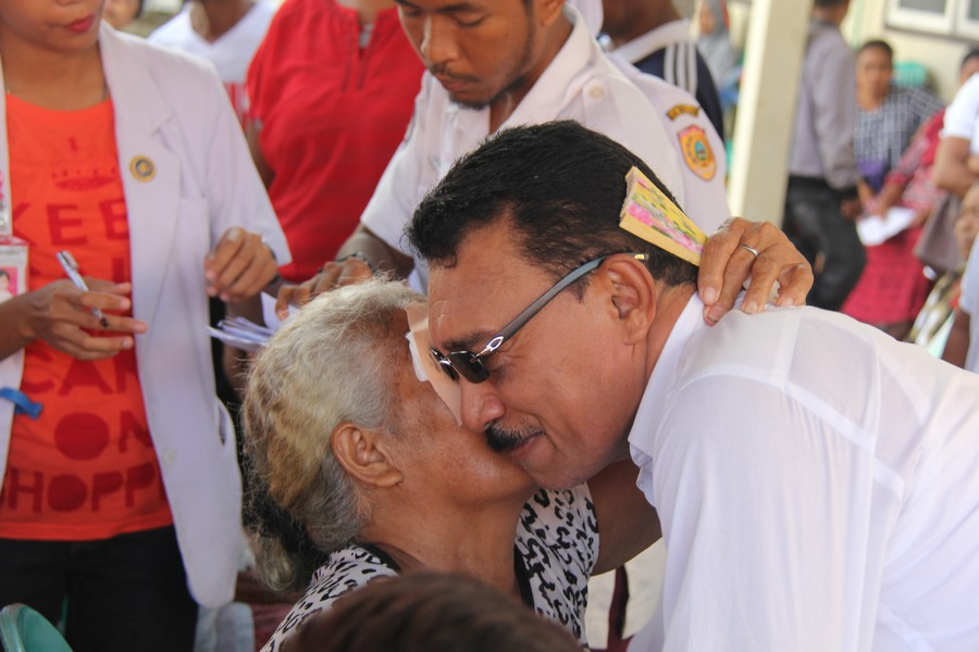 Salah seorang pasien berterima kasih kepada Bapak Ayub Seleky, Wakil Bupati Buru Selatan sekaligus Ketua PMI Buru Selatan, pada waktu pembukaan perban mata. ©ICRC/Mia Pitria