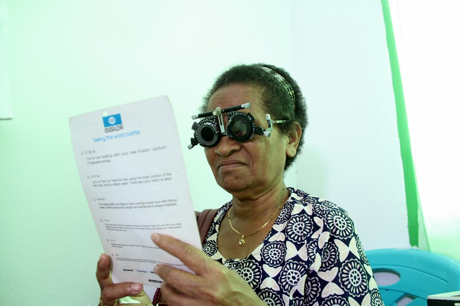 Kacamata Baca Gratis dari PMI untuk Warga Waropen