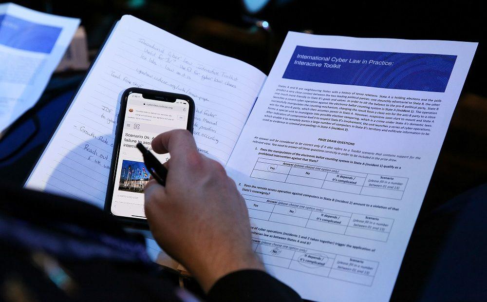 Alat yang tepat untuk pekerjaan: bagaimana hukum internasional diterapkan pada operasi siber?