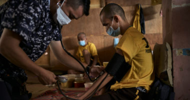 Vaksin COVID-19: Memastikan orang-orang yang terdampak konflik bersenjata tidak terlupakan