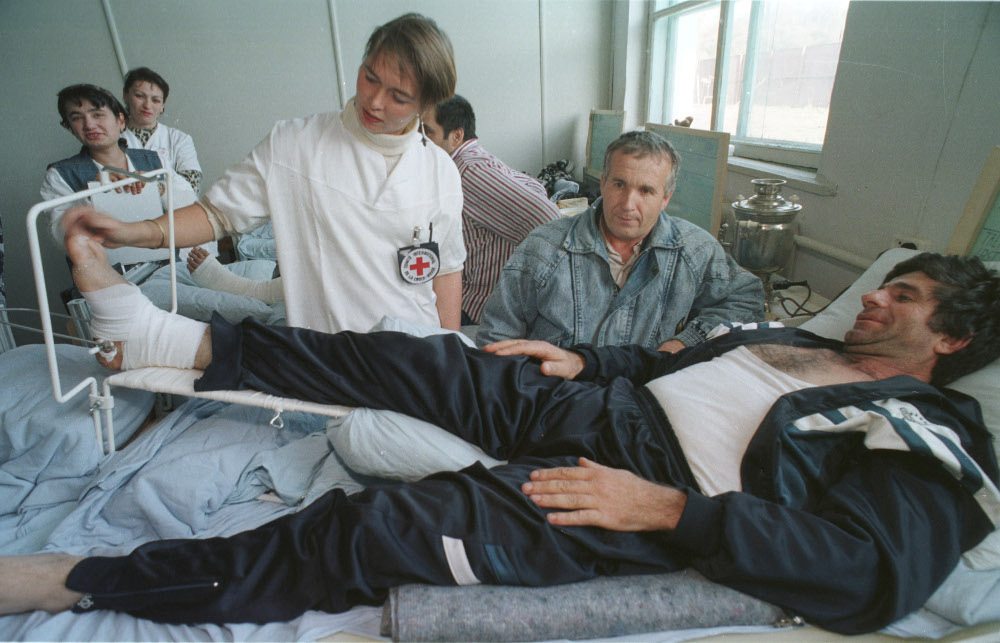 Inside the Navye Atagi ICRC hospital, January 1996. (ICRC/Boris Babanov)