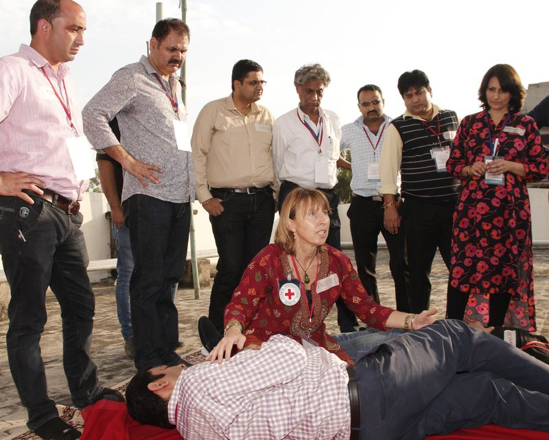 ICRC BLS expert, Felicity Gapes, interacts with doctors from Jammu at the Gandhinagar Hospital, Jammu. ©ICRC