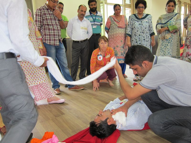 Workshop participants with BLS expert Felicity Gapes during a practical session. ©ICRC, Arshid Amin Khan