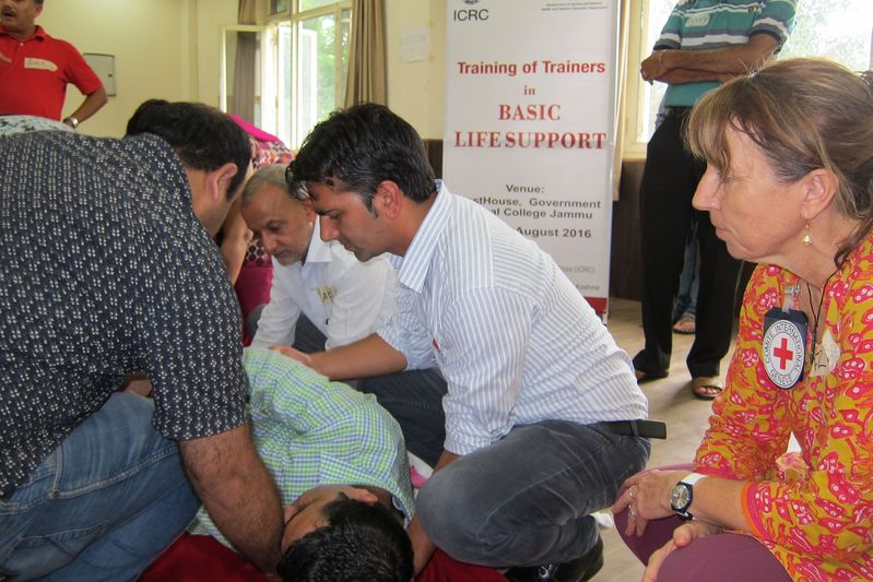 BLS expert Felicity Gapes looks on as participants complete a practical task. ©ICRC, Arshid Amin Khan