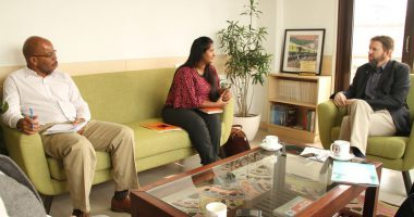 मालदीव के रेड क्रीसेंट सचिव जनरल और आई सी आर सी के क्षेत्रीय प्रतिनिधिमंडल एक दुसरे के साथ विचार साझा करते हुए