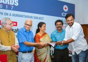उत्कृष्ट पत्रकारिता हेतु मलयाला मनोरमा और हिंदुस्तान टाइम्स के पत्रकारों को पी आई आई-आई सी आर सी अवार्ड