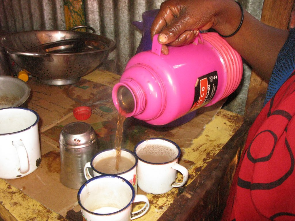 A Somali woman, Fadhuma Abdi, pours tea into the cups ready to serve her clients. ©ICRC/Miraj Mohamud