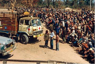 รถบรรทุกอุปกรณ์และเสบียงเพื่อช่วยเหลือผู้ลี้ภัยบริเวณชายแดนไทยกัมพูชา พ.ศ 2522