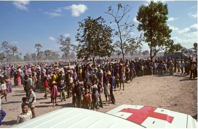 กลุ่มผู้อพยพลี้ภัยชาวกัมพูชากำลังรอการแจกจ่ายอาหารบริเวณค่ายผู้อพยพชายแดนไทย-กัมพูชา พ.ศ 2528