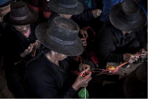 หญิงชาวเปรูกำลังถักชาลินาให้กับญาติผู้สูญหายของพวกเธอ