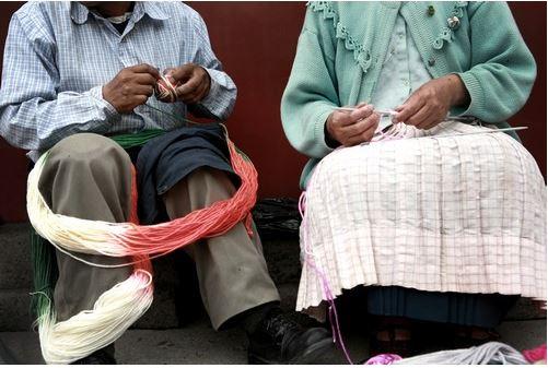 สองสามีภรรยากำลังร่วมงานถักทอชาลินาในเมืองซานฮวนเบาติสต้า