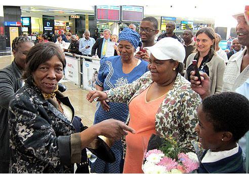 เมื่อมาถึงสนามบิน ท่ามกลางความปลื้มปิติ อีโฟเดียก็ไถ่ถามถึงลูกหลานของเบฟซี่ น้องสาวของเธอ