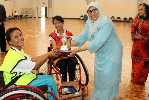 กัวลาลัมเปอร์-ซก จัน กัปตันทีมบาสเก็ตบอลคนพิการหญิงกัมพูชารับของที่ระลึกกจาก Yang Berhormat Dato'Sri Rohani Abdul Karim รัฐมนตรีกระทรวงสตรี ครอบครัว และการพัฒนาชุมชนของมาเลเซีย
