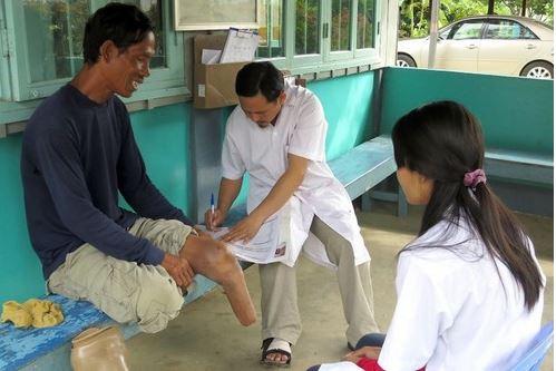กัมพูชา-ผู้เชี่ยวชาญของไอซีอาร์ซีประเมินลักษณะของผู้พิการที่ศูนย์ฟื้นฟูทางกายภาพที่จังหวัดพระตะบอง