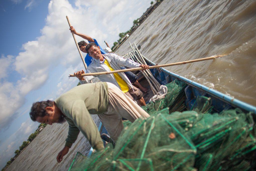 ปัตตานี-ดาโอ๊ะ มาเม๊าะห์ (เสื้อสีเหลือง) ใช้อุปกรณ์หาปลาซึ่งจัดหาโดย ICRC เพื่อฟื้นฟูความเป็นอยู่หลัีงจากถูกคุมขัง
