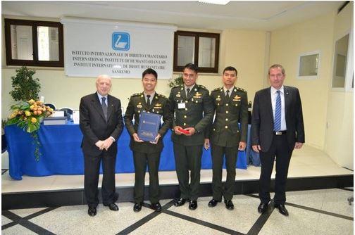 ทีมนักเรียนนายร้อยไทยและคุณโอลิวิเยร์ ชาเลฮูผู้แทนฝ่ายทหาร(ไอซีอาร์ซี)ถ่ายภาพร่วมกับผู้แทนจากสถาบันกฎหมายมนุษยธรรมระหว่างประเทศ