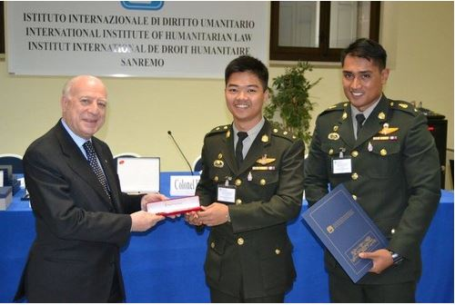 นักเรียนนายร้อยของไทยเข้ารับของที่ระลึกจากผู้แทนของสถาบันกฎหมายมนุษยธรรมระหว่างประเทศ