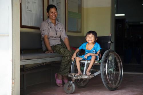 ผู้ป่วยเด็กรายนี้เดินทางมายังศูนย์ฟื้นฟูทางกายภาพพร้อมมารดาเพื่อเข้ารับการรักษาโรคโปลิโอ