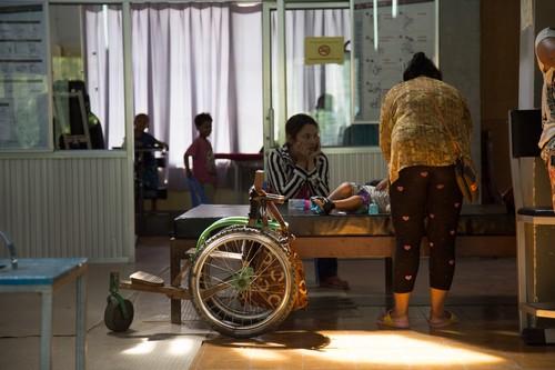 บางครั้งครอบครัวก็จะเดินทางมาพร้อมกับผู้ป่วยเพื่อคอยดูแลและให้กำลังใจที่ศูนย์ฟื้นฟูทางกายภาพ