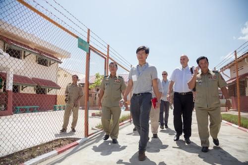 เจ้าหน้าที่ไอซีอาร์ซีขณะเข้าร่วมดูงานภายในเรือนจำพระตะบอง กัมพูชา