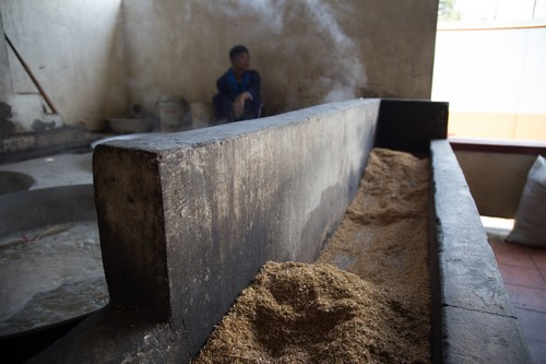 แกลบถูกนำมาใช้เป็นเชื้อเพลิงในการหุงต้มอาหารภายในเรือนจำพระตะบอง กัมพูชา
