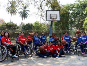 สมาชิกทีมบาสเก็ตบอลคนพิการหญิงของกัมพูชาถ่ายรูปร่วมกันที่ศูนย์ฟื้นฟูทางกายภาพในจังหวัดพระตะบอง