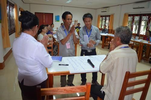 ผู้เข้าร่วมการฝึกอบรมทำกิจกรรมแสดงบทบาทในการส่งจดหมายกาชาดในสถานการณ์ต่างๆ