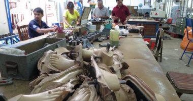 กัมพูชา-ไอซีอาร์ซีพาชมโรงงานผลิตชิ้นส่วนอุปกรณ์ออร์โธปีดิกส์ในกรุงพนมเปญ