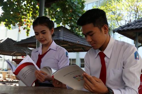นักศึกษาวิชากฎหมายกำลังศึกษาอนุสัญญาเจนีวาและกฏหมายมนุษยธรรมระหว่างประเทศ