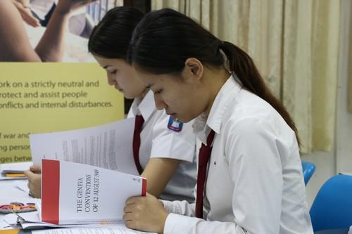 นักศึกษาที่เข้าร่วมการแข่งขันว่าความศาลจำลองกำลังขะมักเขม้นกับการศึกษาอนุสัญญาเจนีวาก่อนการแข่งขัน