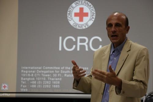 คุณโรแบร์โต้ ซาโน่ หัวหน้าสำนักงานไอซีอาร์ซีประจำสปป ลาว บรรยายถึงกิจกรรมของไอซีอาร์ซีในสปป ลาว