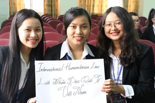 นักศึกษาของมหาวิทยาลัยกฏหมายจากนครโฮจิมินห์ถ่ายรูปร่วมกันก่อนการแข่งขันคัดเลือกในรอบแรก